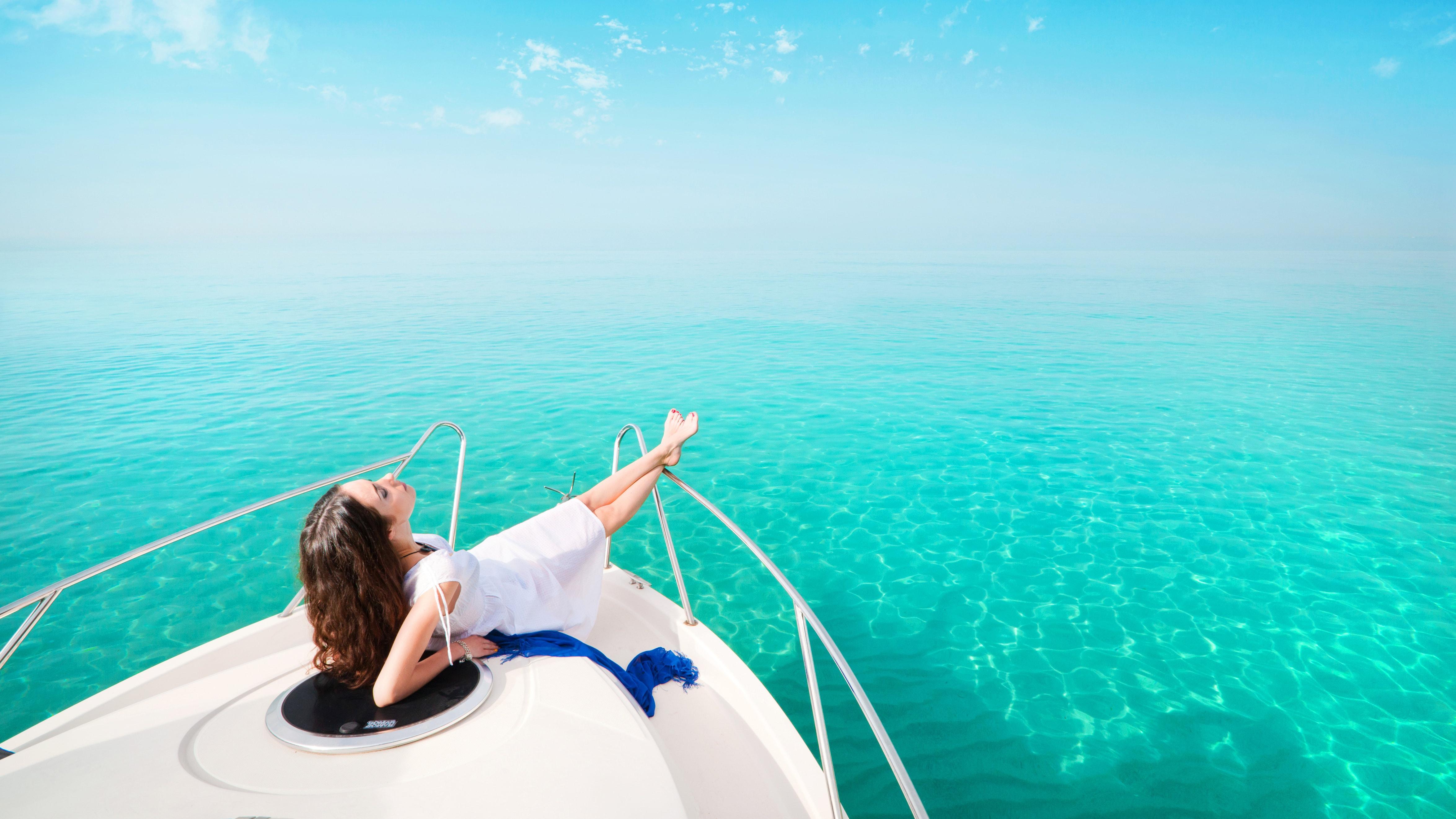 Девушка на фоне яхты фото
