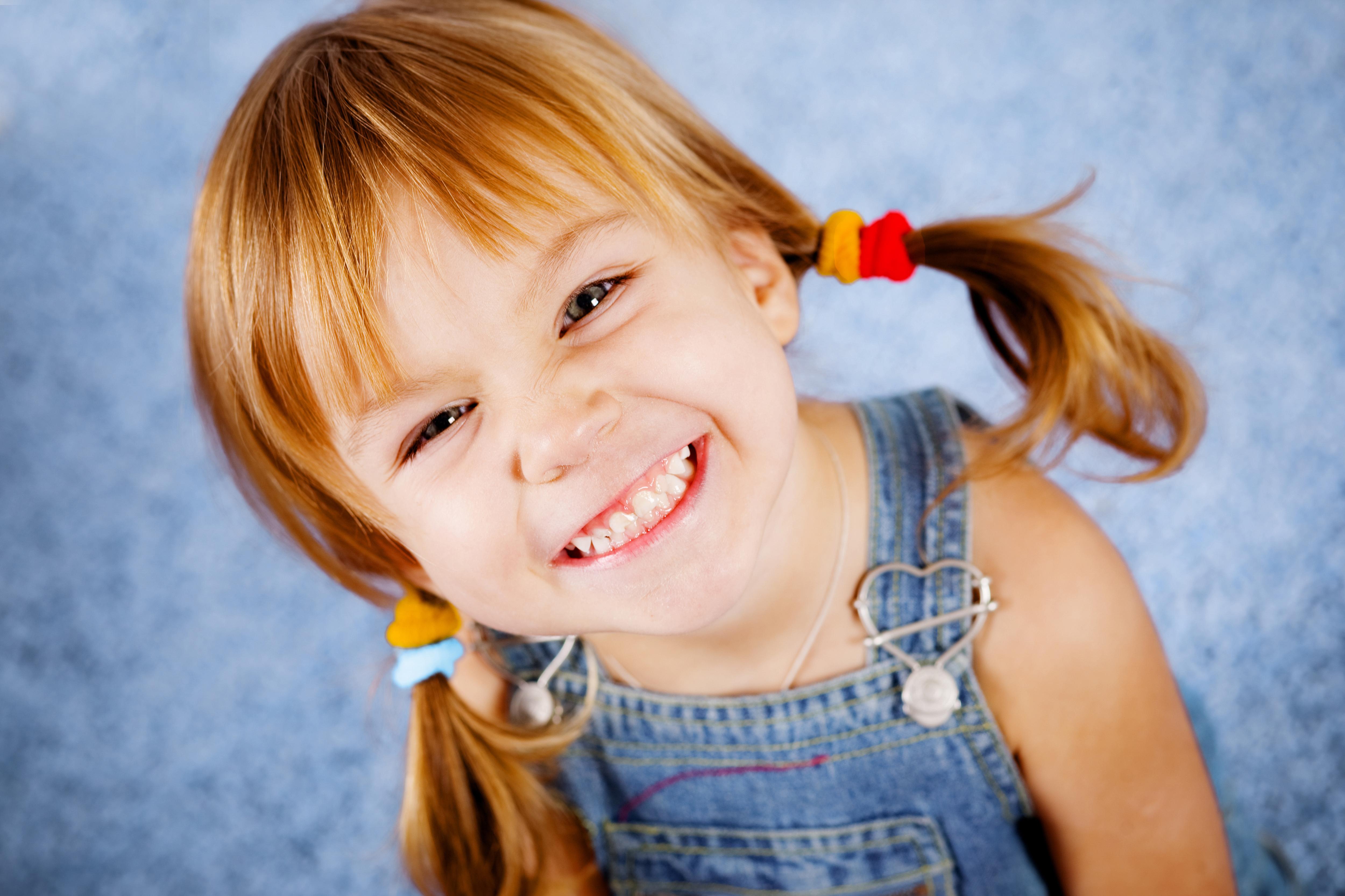 Домик, радостная картинка смешной девочки
