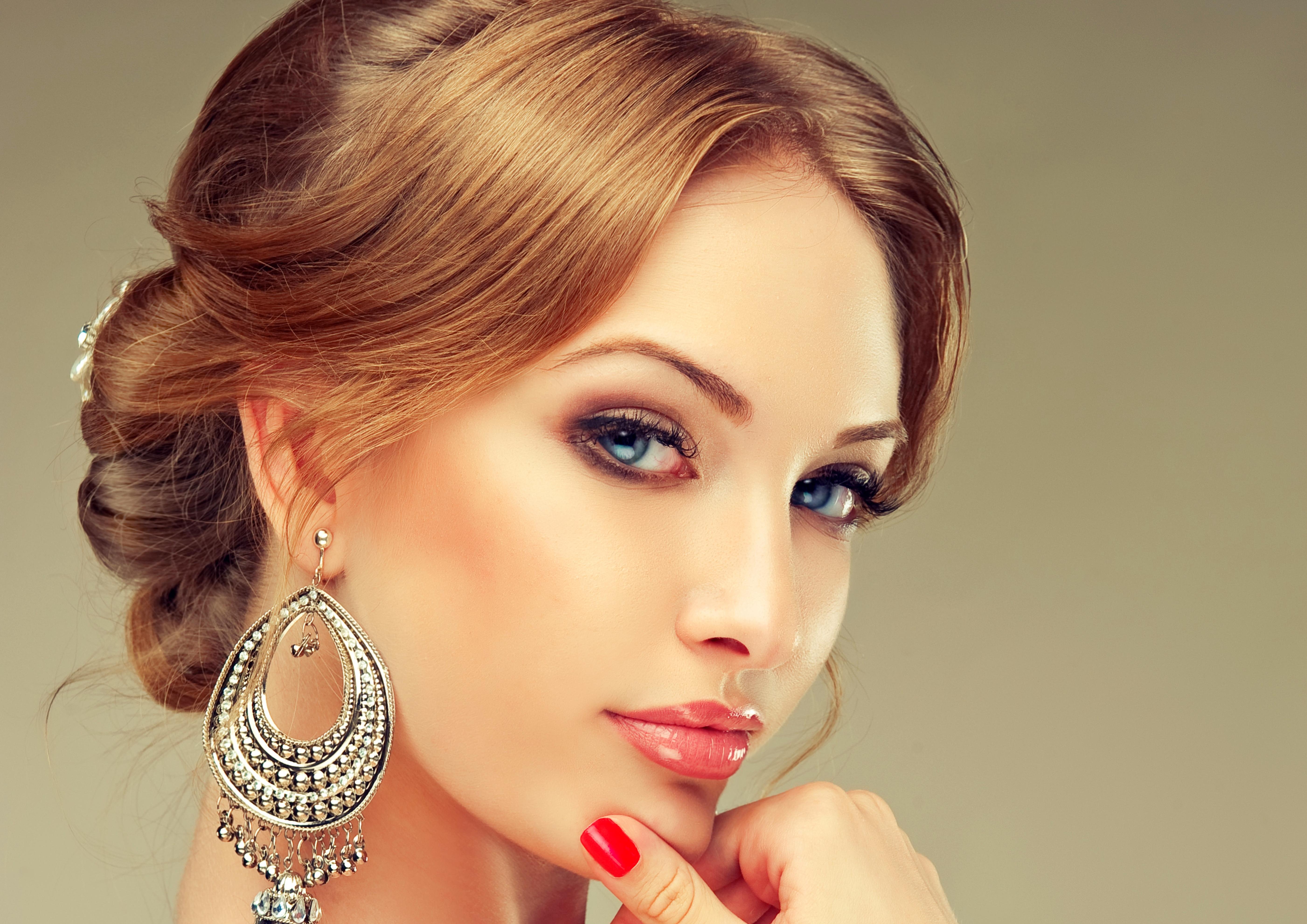 девушка глаза сережки  № 1816983 бесплатно