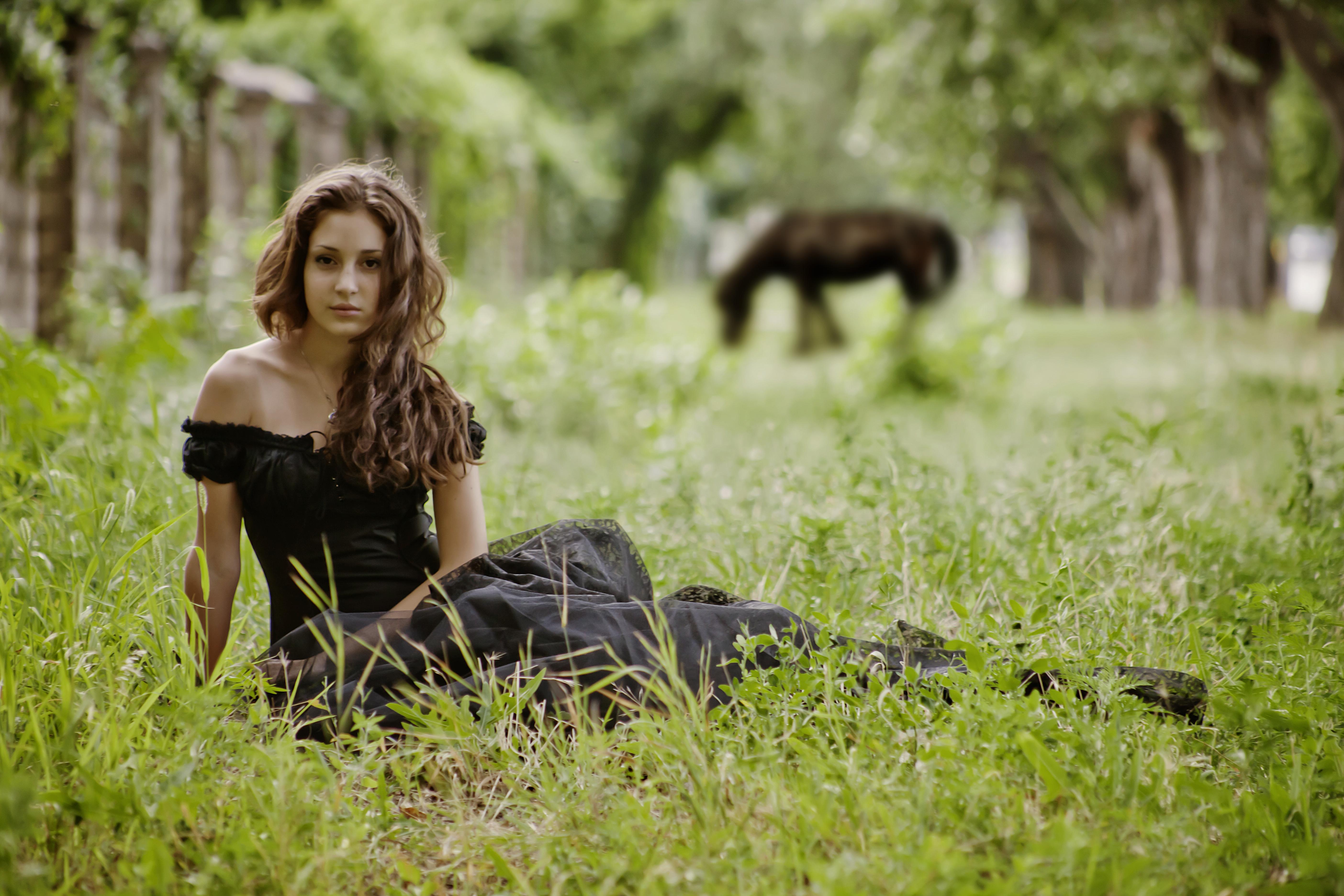 природа трава девушка черное платье  № 636896  скачать