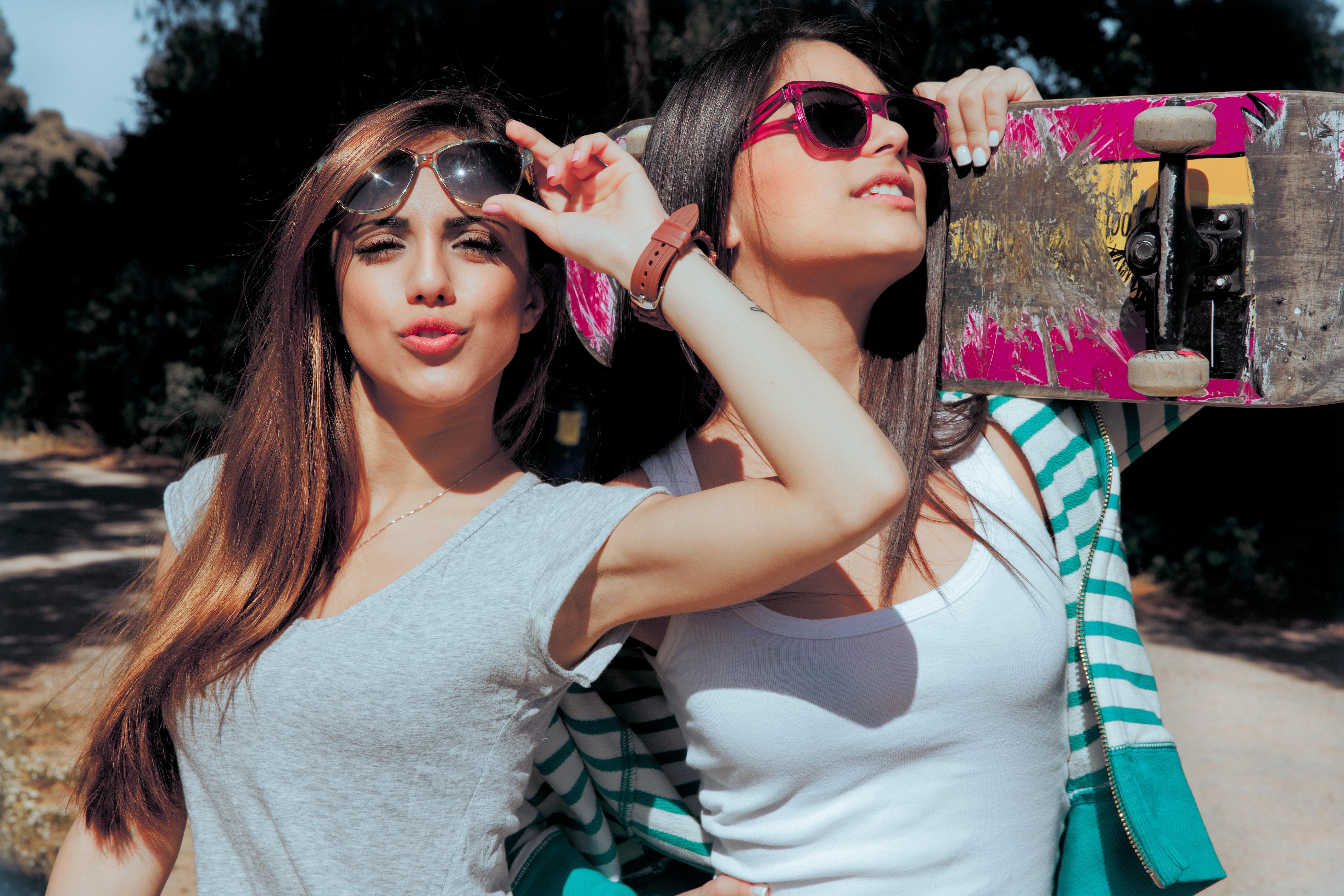 Фото двух девушек брюнеток 21 фотография
