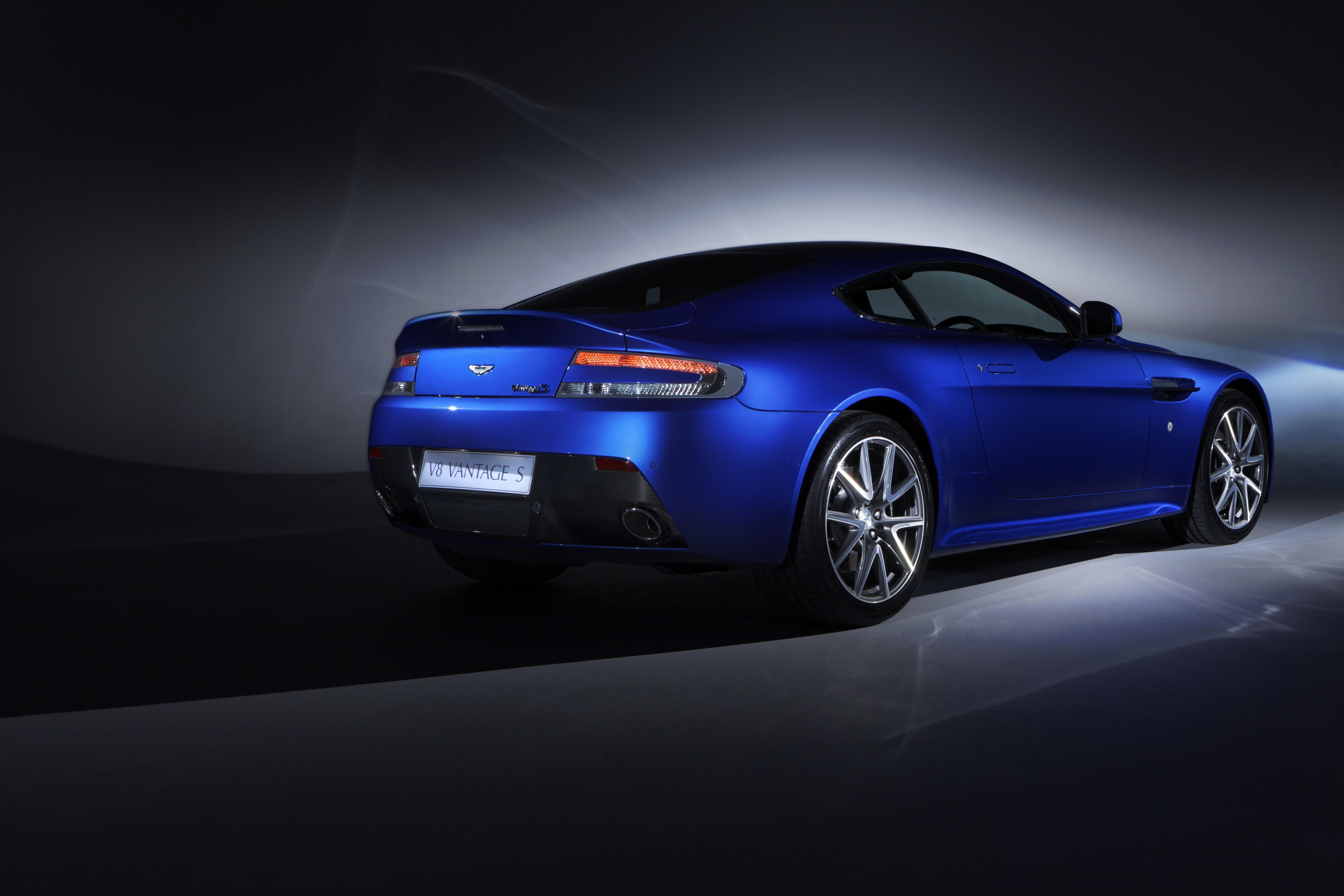 синий автомобиль Aston Martin  № 2593875 загрузить