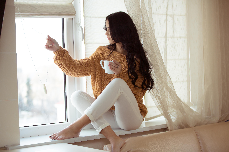 фото девушек на фоне окна наших