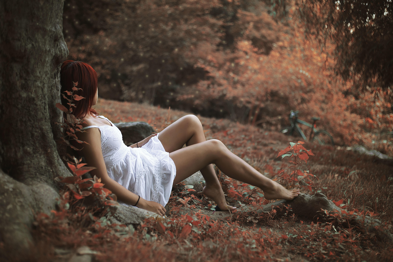 Девушка в лесу на листьях  № 2707730 бесплатно