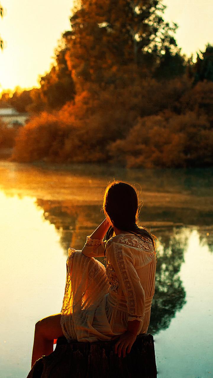 Красивые снимки голой девушки на закате солнца у реки  72714