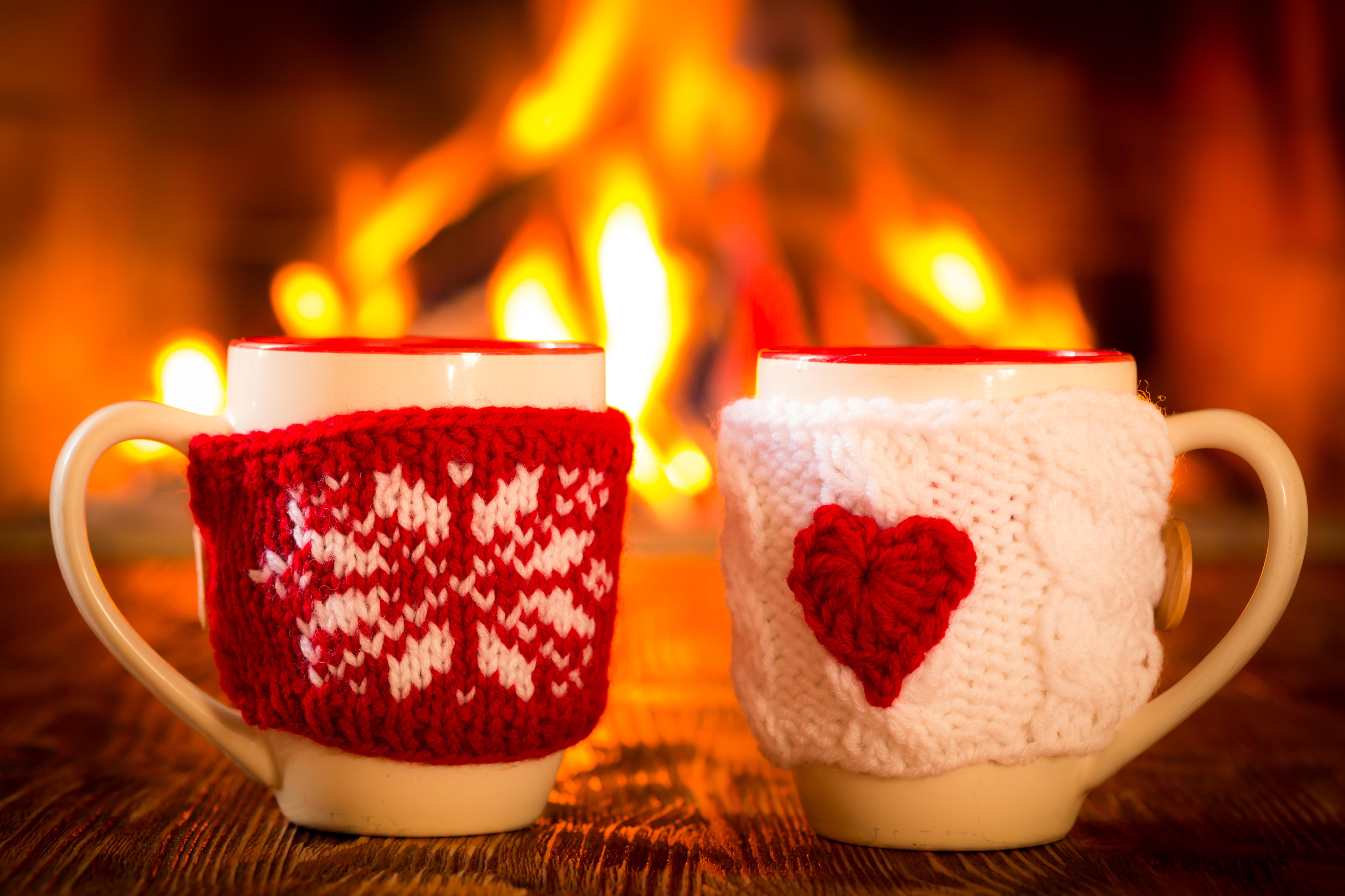Белая чашка на фоне огней  № 2121436 загрузить