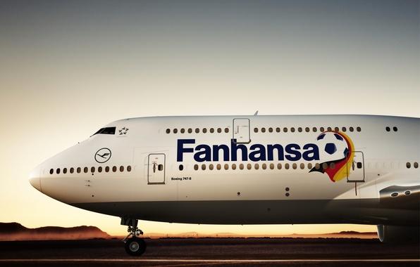 Картинка небо, солнце, закат, восход, Горы, Аэропорт, Холмы, Boeing, мира, футболу, 2018, Lufthansa, Чемпионат, 800, B-747, …