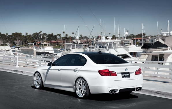 Картинка бмв, яхты, BMW, причал, белая, white, F10, 5 Series