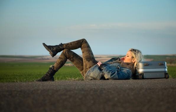 Картинка дорога, девушка, чемодан
