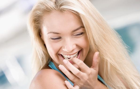 Картинка девушка, радость, улыбка, фон, девушки, настроения, весело, рука, смех, зубы, блондинка, пальцы, зуб, ногти, широкоформатные …