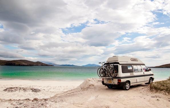 Картинка песок, море, волны, свет, пейзаж, природа, отдых, позитив, утро, размытость, багажник, summer, дом на колесах, …