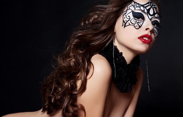 Картинка взгляд, девушка, лицо, поза, ресницы, модель, волосы, тело, серьги, макияж, маска, губы, черный фон, кудри