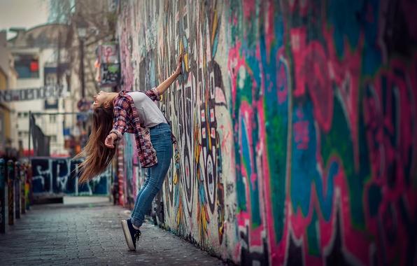 Картинка девушка, город, стена, граффити, танец