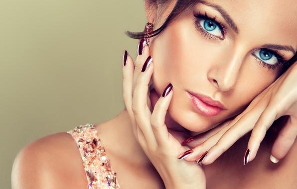 Картинка взгляд, девушка, улыбка, серьги, макияж, голубые глаза, маникюр