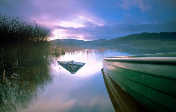 Картинка закат, озеро, лодка, лодки, вечер, камыш, затонувшая