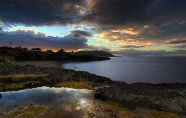 Картинка море, закат, тучи, берег, вечер, поселок