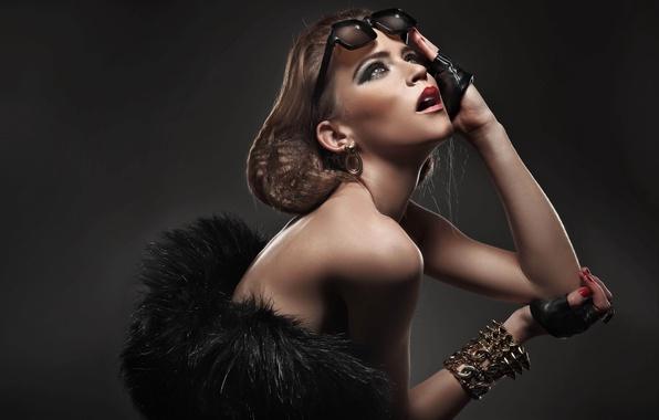 Картинка глаза, девушка, лицо, фон, серьги, руки, макияж, прическа, губы, перчатки, браслет, fashion, плечи, солнечные очки, …