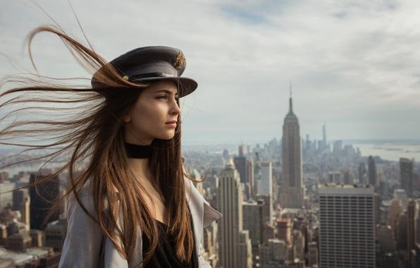 Картинка девушка, лицо, город, ветер, волосы, профиль, фуражка, Laura