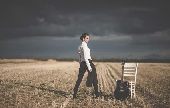 Картинка поле, девушка, гитара, стул