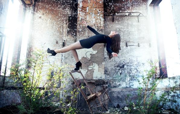 Картинка девушка, платье, падение, стул, фотограф, girl, руины, photography, photographer, David Olkarny