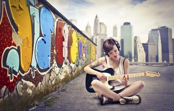 Картинка небо, асфальт, девушка, город, стена, граффити, гитара, наушники, маечка