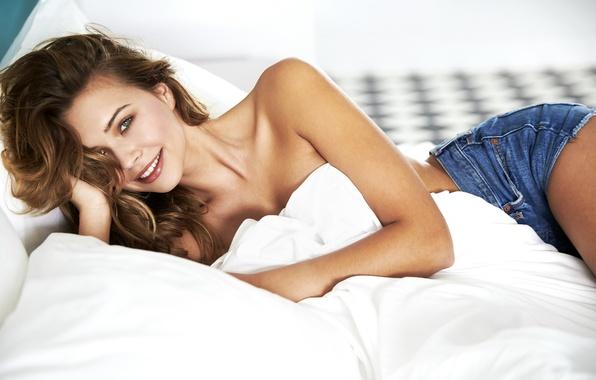Картинка девушка, постель, лежит, красивая, Sandra Kubicka