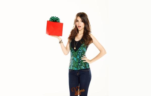 Картинка девушка, лицо, коробка, подарок, фигура, актриса, брюнетка, певица, красотка, бантик, танцовщица, Виктория Джастис, Victoria Justice