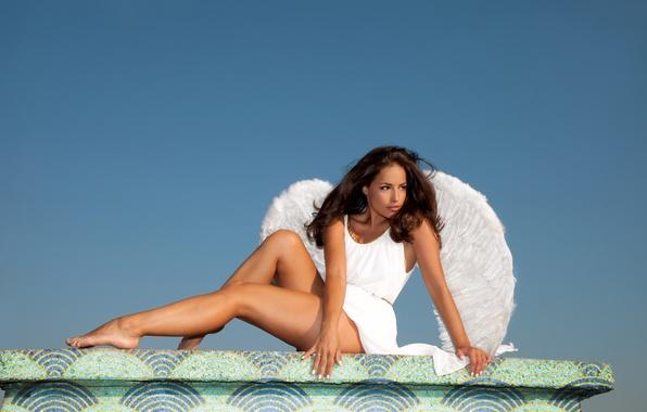 Картинка взгляд, девушка, поза, белое, волосы, крылья, руки, платье, ножки, голубое небо