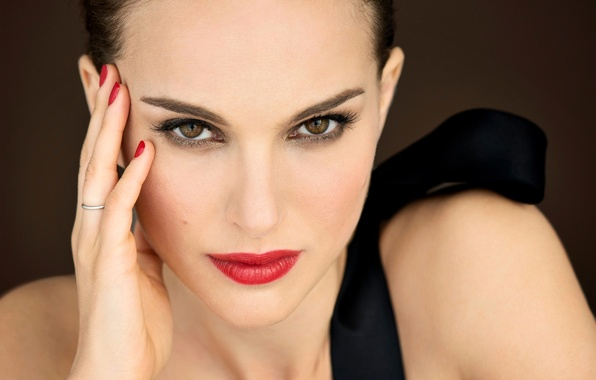 Картинка девушка, лицо, рука, портрет, макияж, актриса, Natalie Portman, Натали Портман, шатенка, маникюр