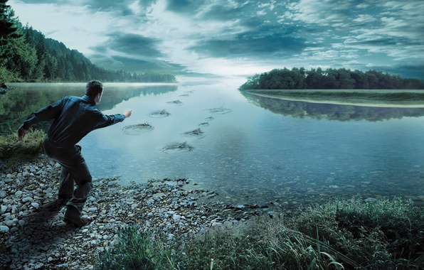 Картинка лес, небо, трава, облака, река, камни, человек, мужчина