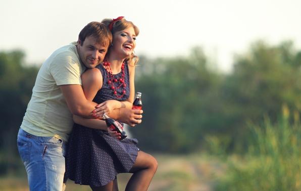 Картинка радость, природа, женщина, объятия, пара, мужчина, бутылки, напиток, влюбленные, кока-кола, боке
