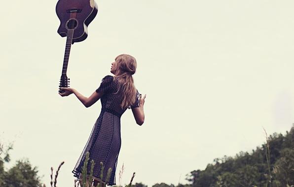 Картинка небо, поза, гитара, платье, фотограф, альбом, певица, Red, Taylor Swift, фотосессия, на природе, музыкальный, Тейлор …