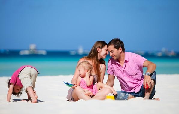 Картинка песок, море, пляж, лето, небо, девушка, дети, семья, парень