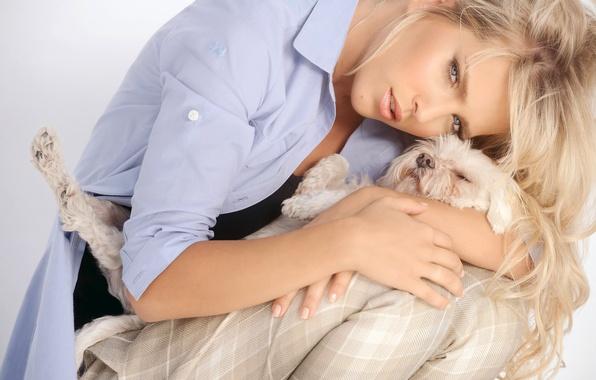 Картинка девушка, модель, волосы, собака, актриса, блондинка, певица, голубоглазая, локоны, объятие, Luisana Lopilato, Луисана Лопилато