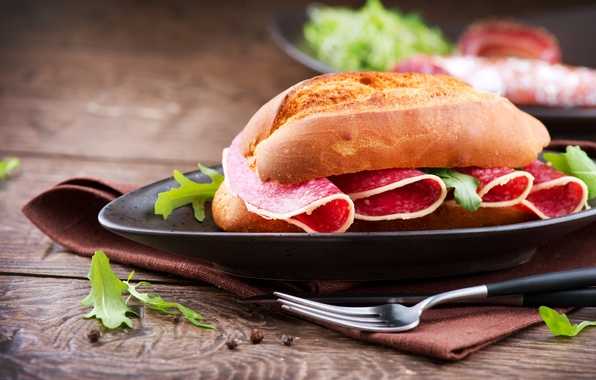 Картинка стол, еда, тарелка, нож, вилка, бутерброд, колбаса, сэндвич, булочка, салями