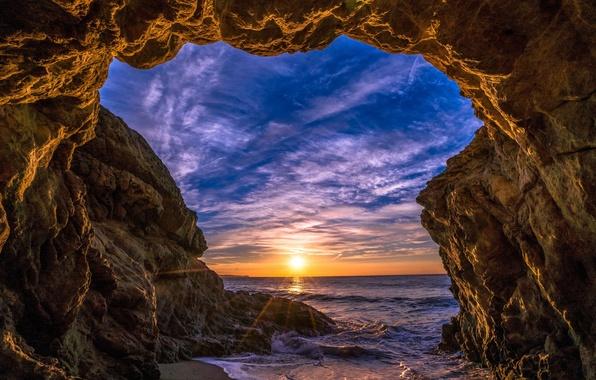Картинка море, небо, солнце, облака, лучи, закат, камни, скалы, берег, горизонт, арка, США, Malibu, Малибу