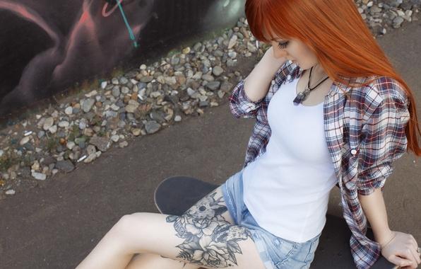 Картинка девушка, шорты, кеды, майка, татуировка, рыжая, girl, рубашка, ножки, скейт, model, Алиса Осокина