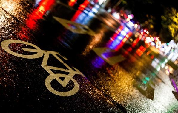 Картинка дорога, асфальт, ночь, велосипед, город, огни, мокрый, дождь, знак, улица, Франция, Париж, Paris, тротуар, France, …