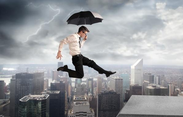 Картинка город, креатив, прыжок, молния, здания, зонт, очки, рубашка, парень