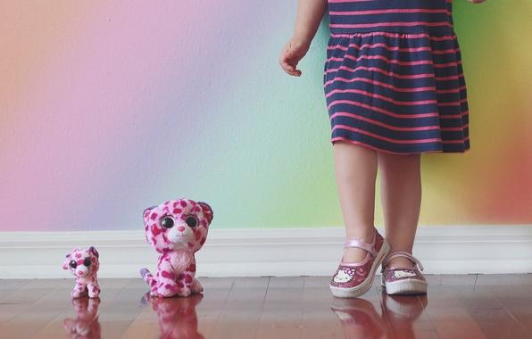 Картинка стена, игрушки, девочка
