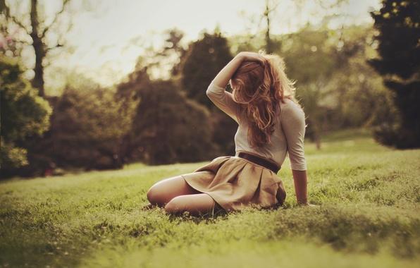 Картинка лето, трава, девушка, поза, волосы, блондинка, сидит