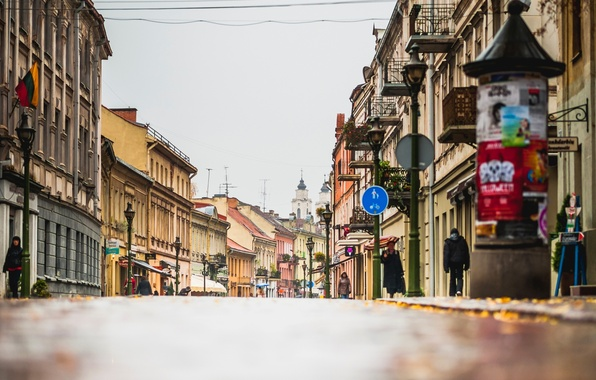 Картинка дорога, осень, город, люди, улица, здания, дома, фонари, магазины, Литва, Lietuva, Каунас, Kaunas