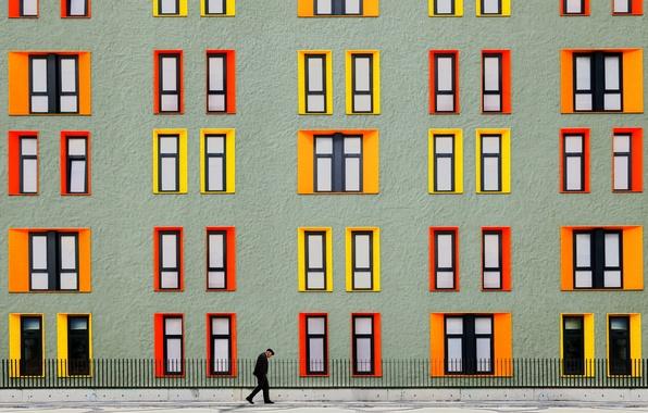 Картинка город, дом, улица, забор, человек