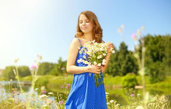 Картинка лето, девушка, солнце, деревья, цветы, природа, река, поляна, ромашки, букет, платье, прическа, шатенка, синее