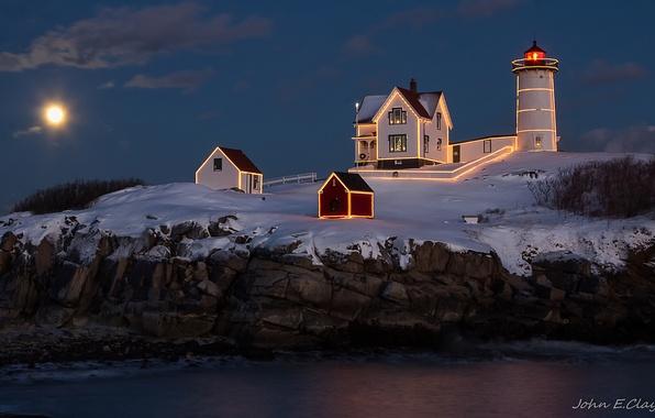 Картинка море, свет, ночь, скалы, луна, маяк, дома, подсветка