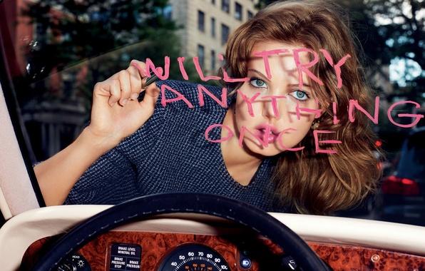 Картинка взгляд, модель, прическа, фотограф, шатенка, пишет, автомобиля, Lindsey Wixson, Terry Richardson, Dior, Линдси Виксон, помадой, …
