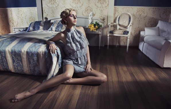 Картинка девушка, цветы, диван, амур, кровать, интерьер, босиком, серьги, платье, блондинка, стул, тюльпаны, тумбочка, браслет, статуэтка, …