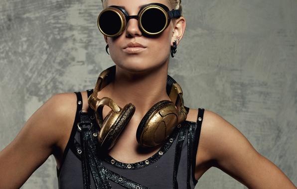 Картинка девушка, поза, портрет, наушники, майка, очки, прическа, блондинка, в черном