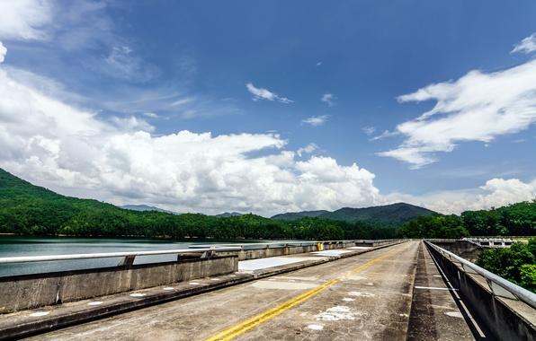 Картинка дорога, лес, небо, озеро, дерево, облако, дамба, USA, США, forest, road, sky, cloud, mountain, lake, …