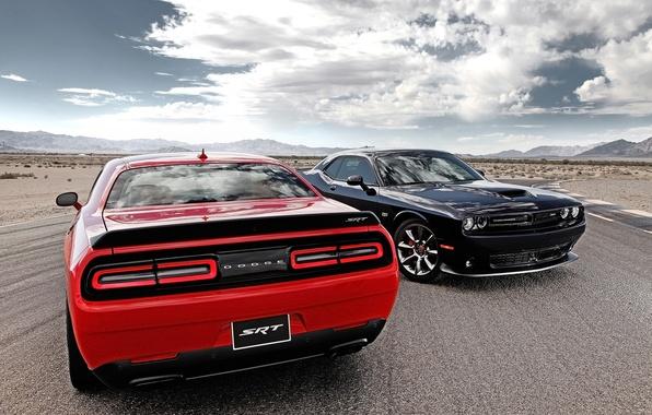 Картинка дорога, небо, облака, красный, чёрный, Додж, Dodge, Challenger, вид сзади, передок, Muscle car, SRT, Мускул ...